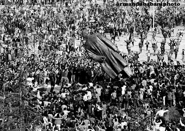 Rr�zimi i bustit t� Enver Hoxh�s, 20 shkurt 1991 | Foto: Armando Babani