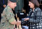 Medalje p�r Komandantin n� Largim