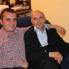 Kryeministri Mustafa me djalin e tij, Besnikun. Foto e publikuar nga Isa Mustafa n� Facebook