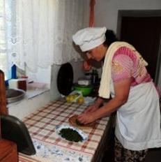 Grua nga Vermoshi duke p�rgatitur drek�n | Foto nga Irena Shabani
