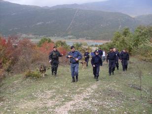 Forca t� policis� kufitare t� Kosov�s, duke patrulluar vij�n e gjelb�r t� kufirit me Shqip�rin�. Foto:Bashkim Shala