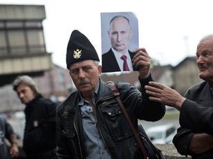Nj� mb�shtet�s i Gjeneralit Draza Mihajlovic, komandant guerilas monarkist shum� i debatuar i Luft�s s� Dyt� Bot�rore, po mban nj� foto t� Vladimir Putinit, President i Rusis�, nd�rsa po manifest